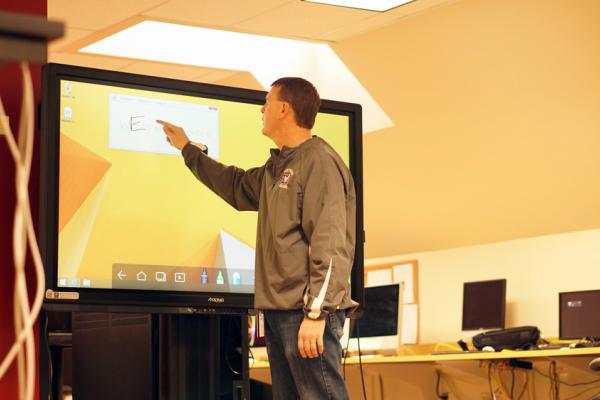 Qomo Interactive whiteboard in use